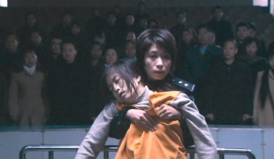 Night Train - Liu Dan as Wu Hongyan, supporting collapsed prisoner Zhang Lingling (Meng Haiyan) in court